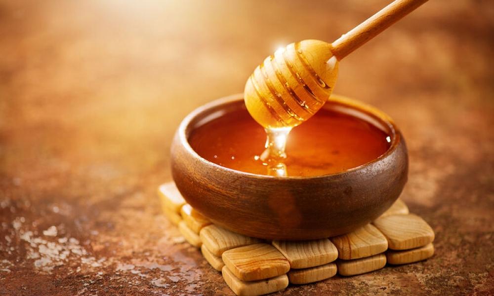 Μέλι: Τα 4 θαυματουργά οφέλη της τροφής που κρύβεται στο ντουλάπι σου